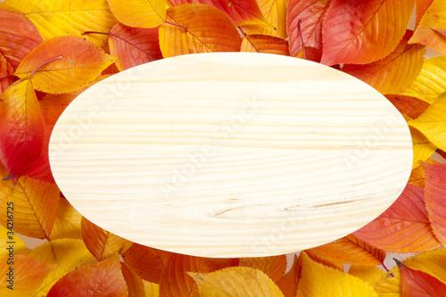 落葉背景のウッドボード