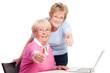 erfolgreiche seniorinnen zeigen daumen hoch