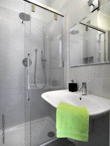 Piccolo bagno di servizio con box doccia immagini e fotografie royalty free su - Bagno piccolo con doccia ...