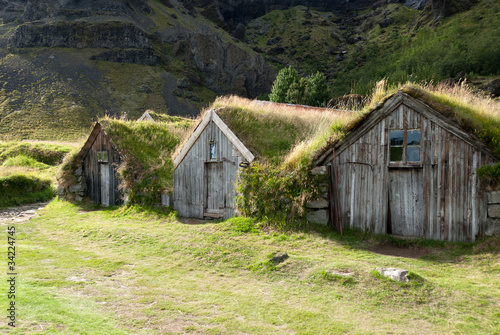 Piccole case di legno con erba sul tetto in islanda di for Case piccole in legno