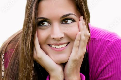 Mujer sonriendo manos en la cara fondo blanco