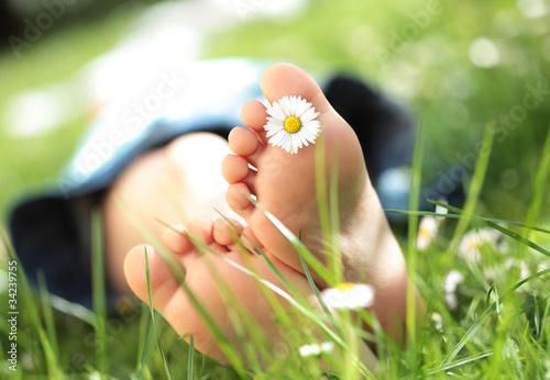 Leinwanddruck Bild Kinderfüsse im Gras