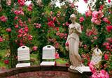 Statue und Stühle im Rosengarten