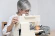 Frau mit elektrischer Nähmaschine
