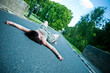 femme allongée sur la route