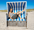 Frau im Strandkorb