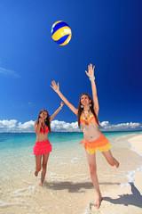 ビーチバレーを楽しむ二人の女性