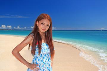水納島を満喫する笑顔の女性