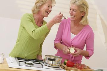 Femmes senior complicité en cuisine