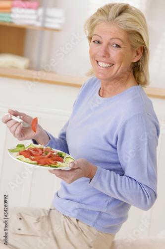 Femme senior avec une assiette de crudités