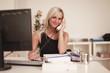 Blonde Frau am Telefon