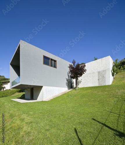 Esterno casa moderna con giardino e prato di alexandre for Esterno casa moderna