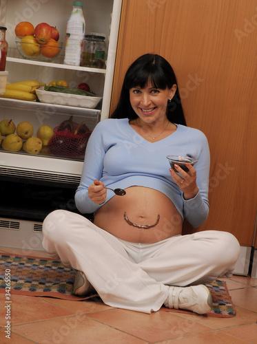 Embarazada en la cocina.