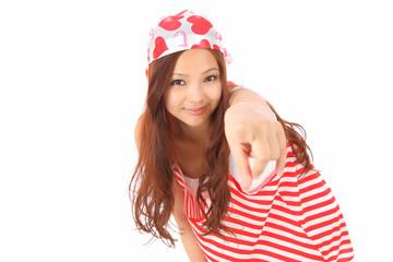 指さす若い女性
