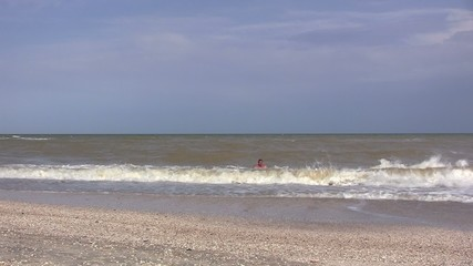 мужчина плавает и море