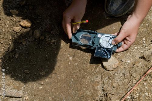 Leinwandbild Motiv orientarsi nello scavo