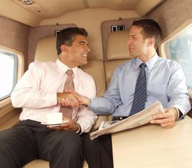 Acuerdo de negocios en un avión.