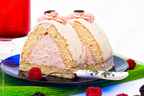Cake filled with raspberry cream