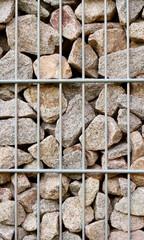 Natursteine im Käfig