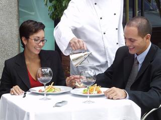 Pareja en un restaurante.
