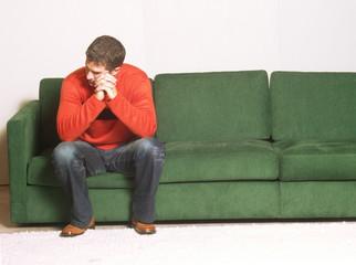 Un hombre deprimido y solo.