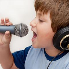 bambino con microfono