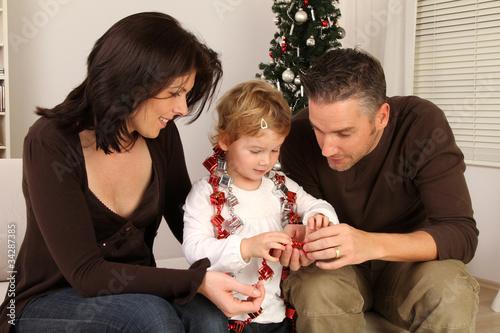 Junge Familie beim Backen