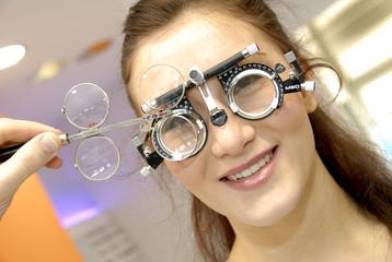 femme chez l'opticien