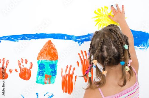 Mädchen malt mit Fingermalfaren