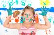 Mädchen mit spielt mit Farben