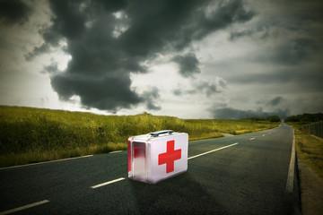 botiquín de medicina en la carretera