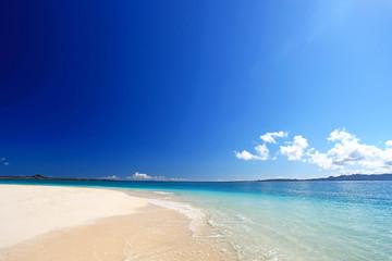 水納島の澄んだ海と紺碧の空