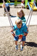 Deux enfants à la balançoire