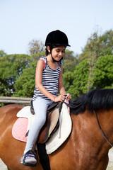bambina cavalca pony