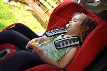 bébé dans le siège de voiture