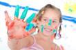 Mädchen mit bunten Fingern