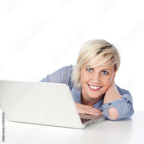 attrative junge frau mit laptop