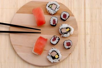 sushi su tagliere di legno con bacchette