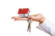 Haus auf Handfläche und Schlüssel