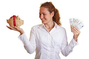 Frau mit Sparschwein und Geldscheinen