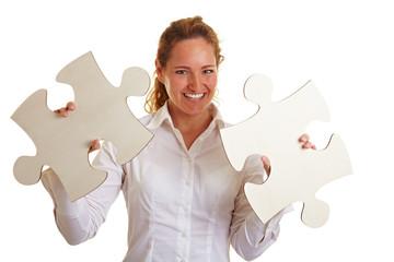 Lachende Frau mit zwei Puzzleteilen