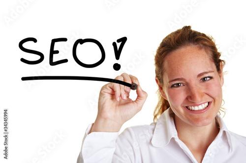 Frau schreibt das Wort SEO