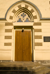 Дверь в Лютеранский собор св. Апостолов Петра и Павла.