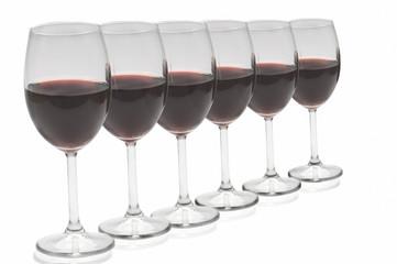 Copas de vinotinto en fila  en fondo blanco
