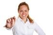 Geschäftsfrau hält Stift nach vorn