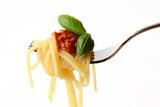 Spaghetti mit Tomatensoße auf einer Gabel