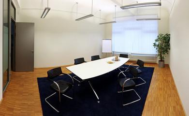 Besprechungsraum in einem grossen Büro mit leeren Wänden