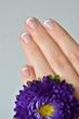 Fingernägel und Blume