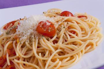 Spaghetti con pomodorini, formaggio ed origano