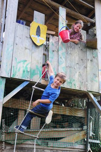 Kinder im Baumhaus